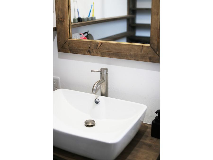 洗面所の鏡や生活用品もこだわりの品。