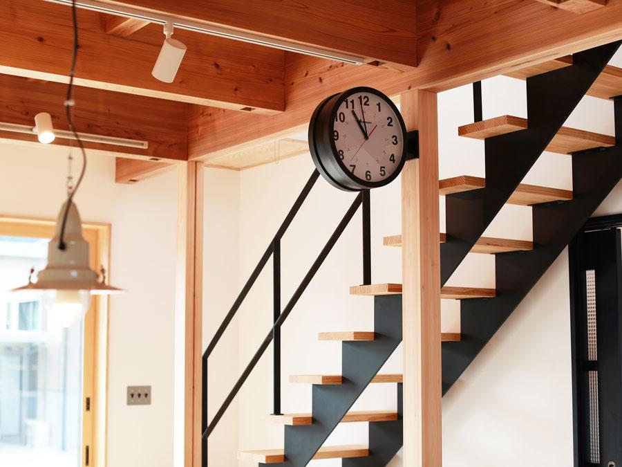 アイアン階段とダブルフェイス時計は、まるでインテリアのよう。