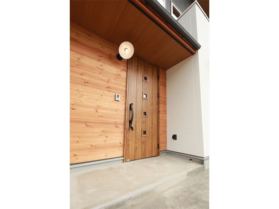 黒と白の外観の中に、木のぬくもりをもたせた玄関。