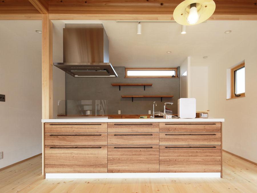 「木」の質感にこだわり、キッチンも木目調に。