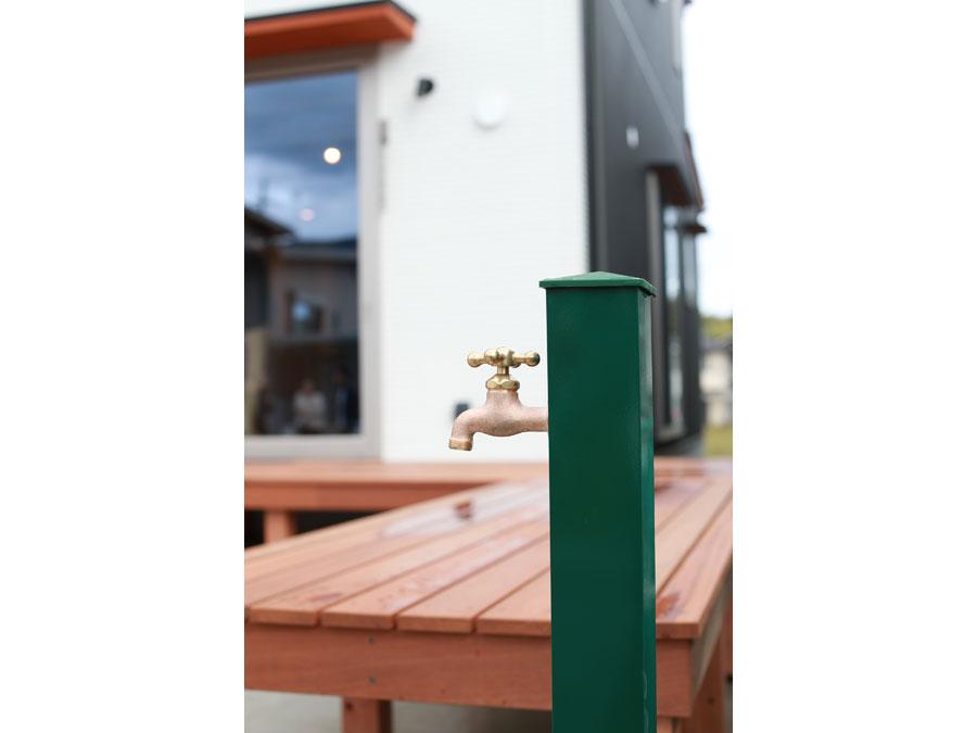 外水栓は印象的なグリーン。ウッドデッキとの調和がお洒落。