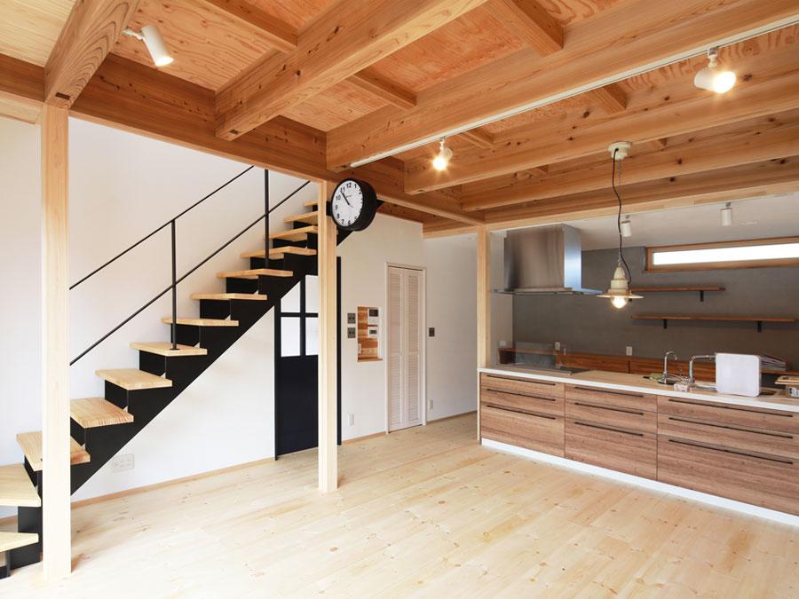 構造あらわしの天井と柱。 むき出しの室内でシンプルに暮らす。