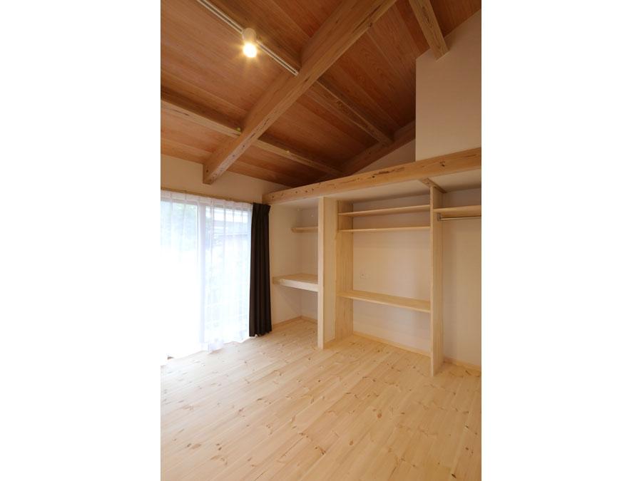 もう一つの子ども部屋。 ロフトはベッド代わりにも収納にもなる。