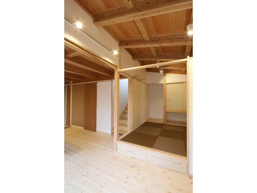 和室の天井は勾配のある構造あらわし。 襖を閉じても上部空間がつながり、家族の気配を感じられる。