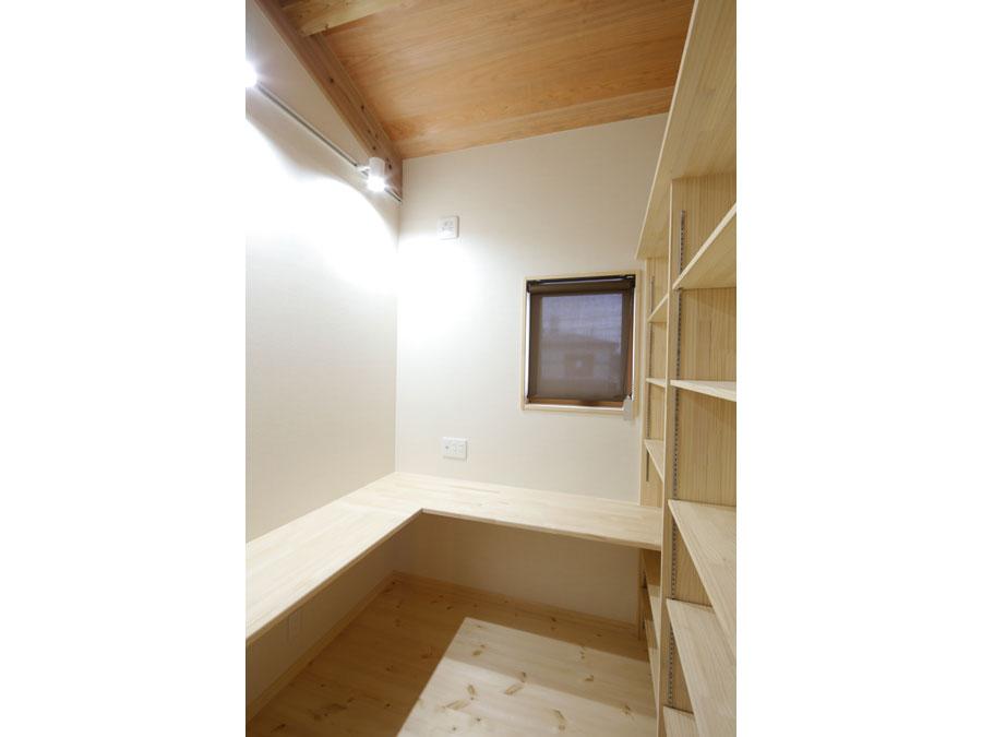 広いカウンターデスクと造作棚で、思う存分趣味を楽しめる書斎。