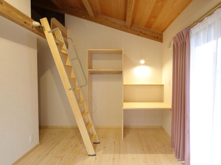 子ども部屋のロフトは、 もうひとつの子ども部屋ともつながる不思議な空間。