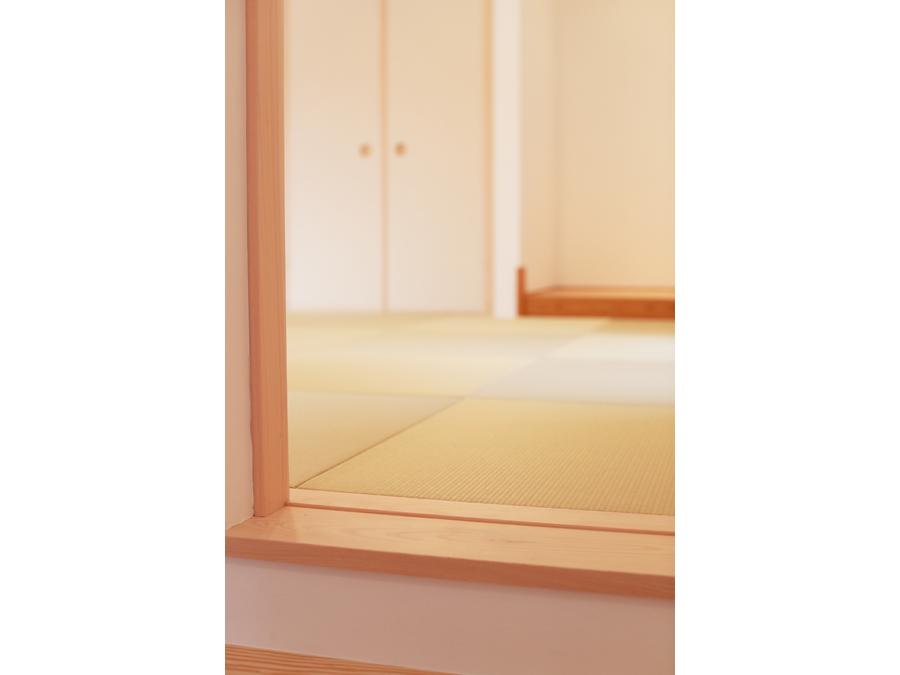 小上がりになった和室は、リビング空間にありながら特別な場所。