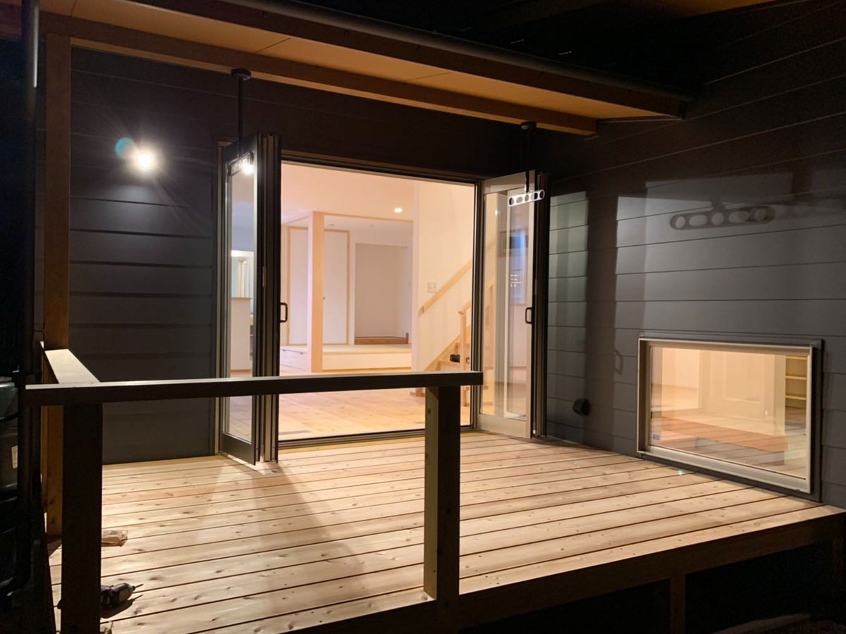室内とつながる広めのウッドデッキ。 アウトドアリビングとして気軽に使えるスペース。