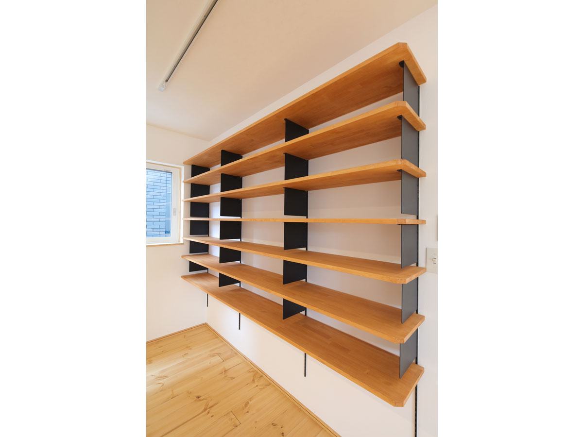 ご家族のお気に入りの大きな書棚。 子ども達の絵本から仕事の本まで、様々な本が並ぶ予定。