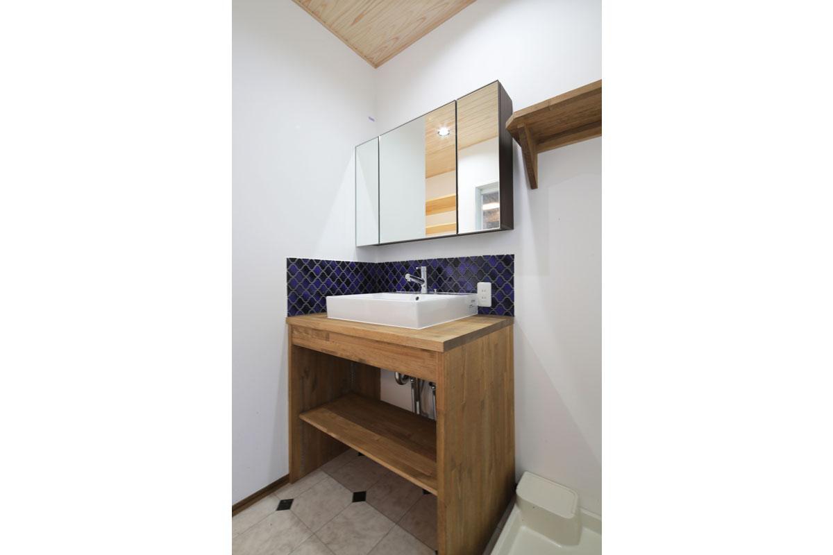 好きな色のタイルを使用した造作洗面台。