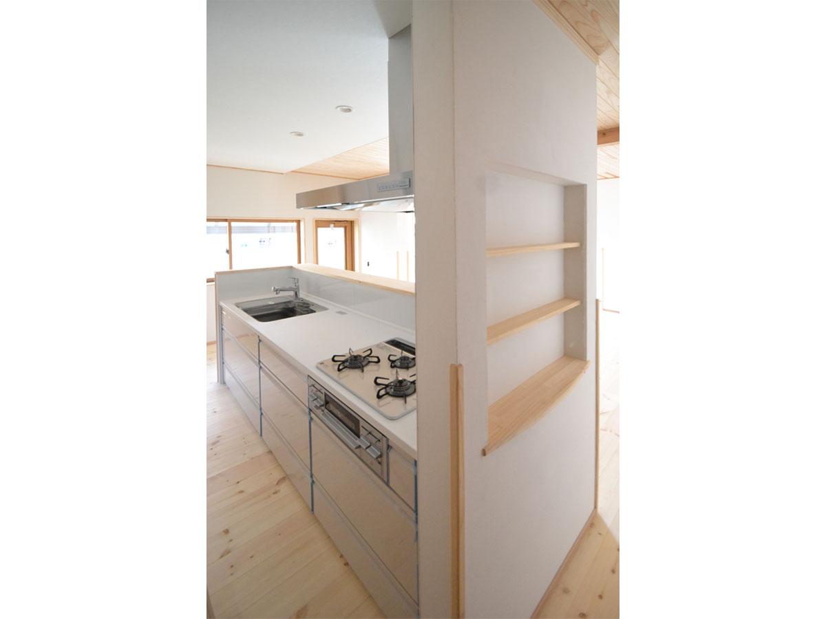 LDKに入るキッチンの目隠しにもなっている間仕切り壁。 3段のニッチには小物を飾ってお客様をお出迎え。