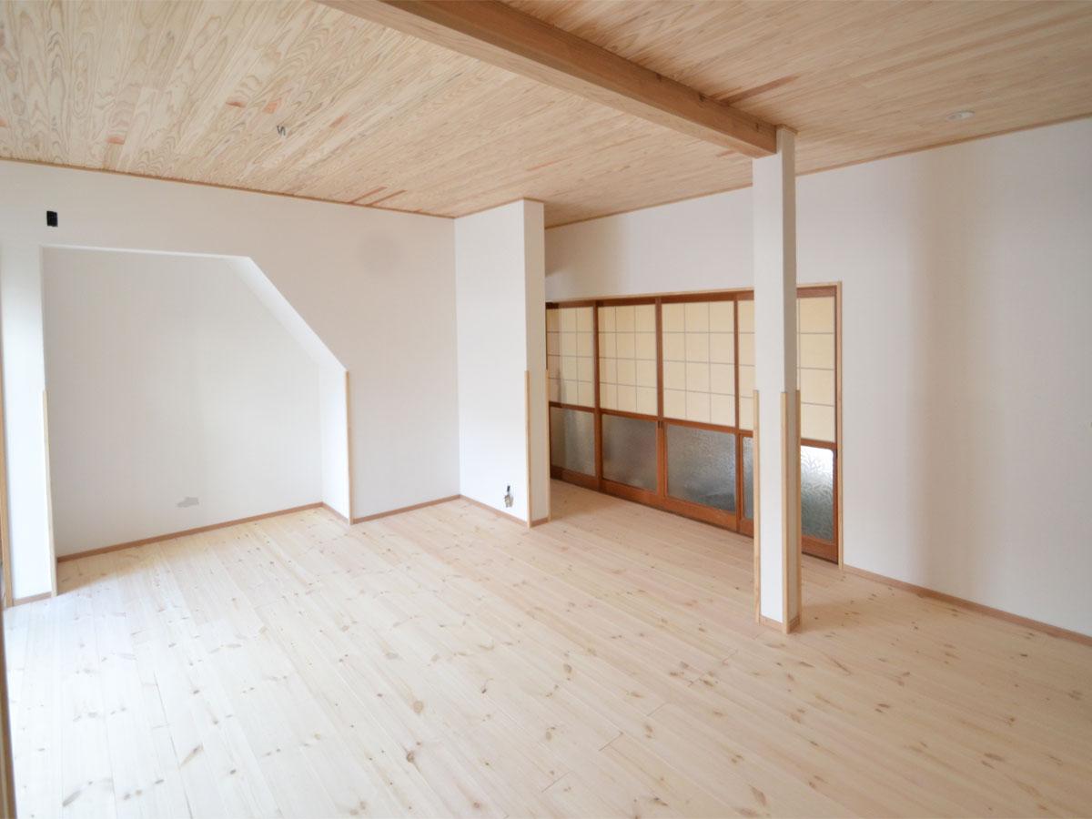 ダイニングキッチンと和室の2部屋だった場所をつなげ、広々とした空間に。