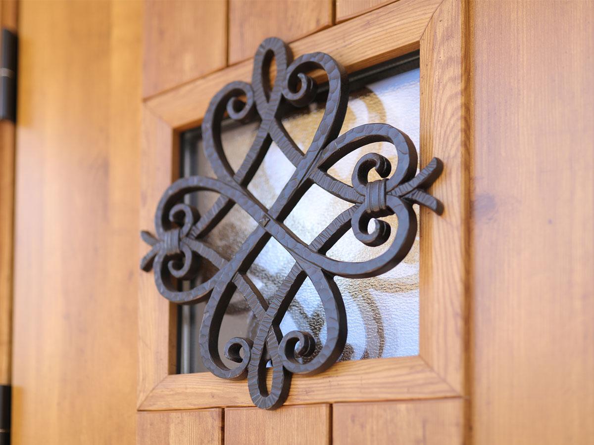 アイアン飾りがおしゃれな玄関ドア