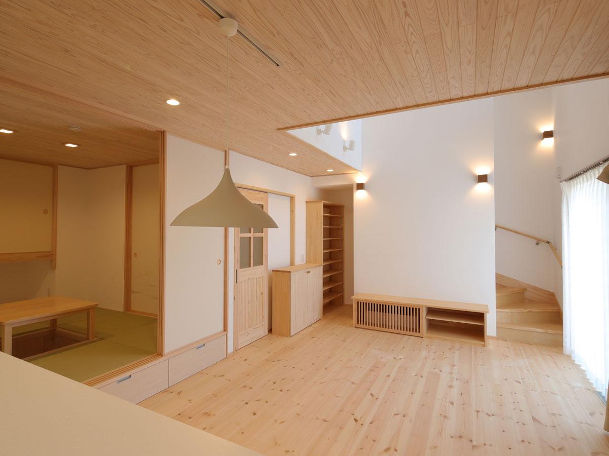 キッチンからの眺め 無垢材の床は冬でも暖かさを感じます