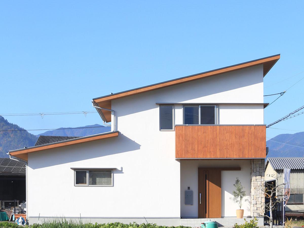 片流れ屋根に天然石が印象的な外観