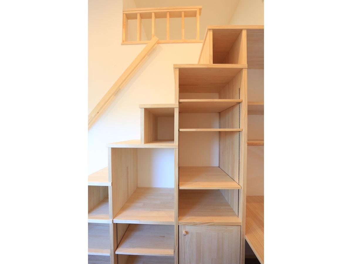 2階のオープンスペースにあるロフトへは 収納を兼ねた階段で上がる