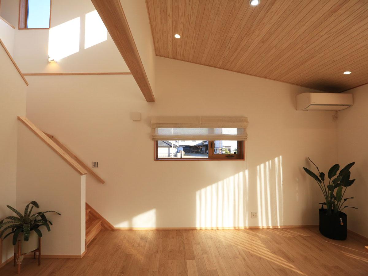吹き抜けと勾配天井で 高さと広がりをもたせたリビング空間