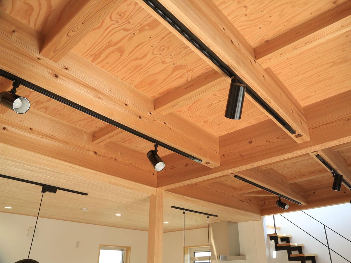 リビングの天井は無垢材の構造あらわし 照明もシンプルさにこだわる