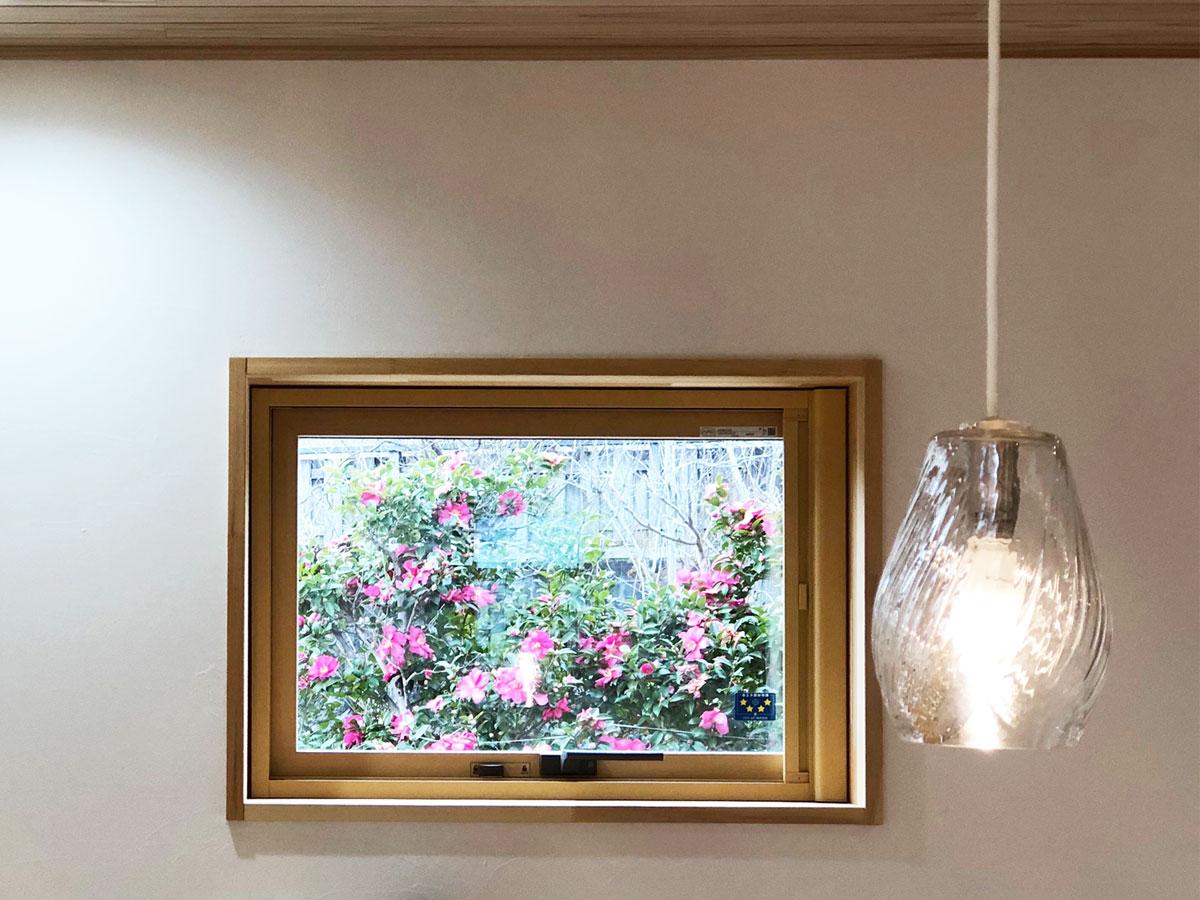 借景を切り取った窓は まるで絵を飾っているかのよう