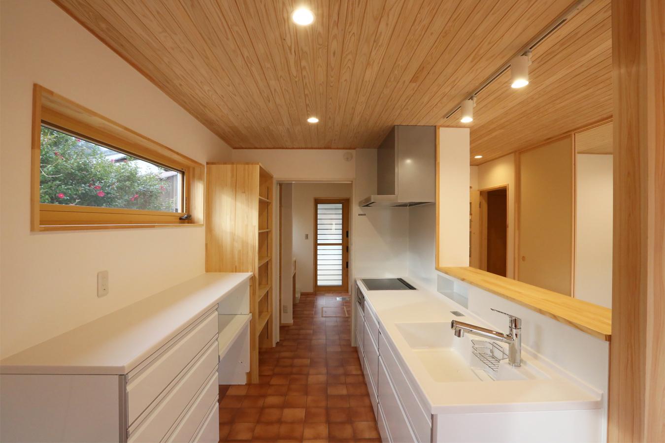 ストレスのない家事動線を実現する 横並びのキッチンと洗面浴室