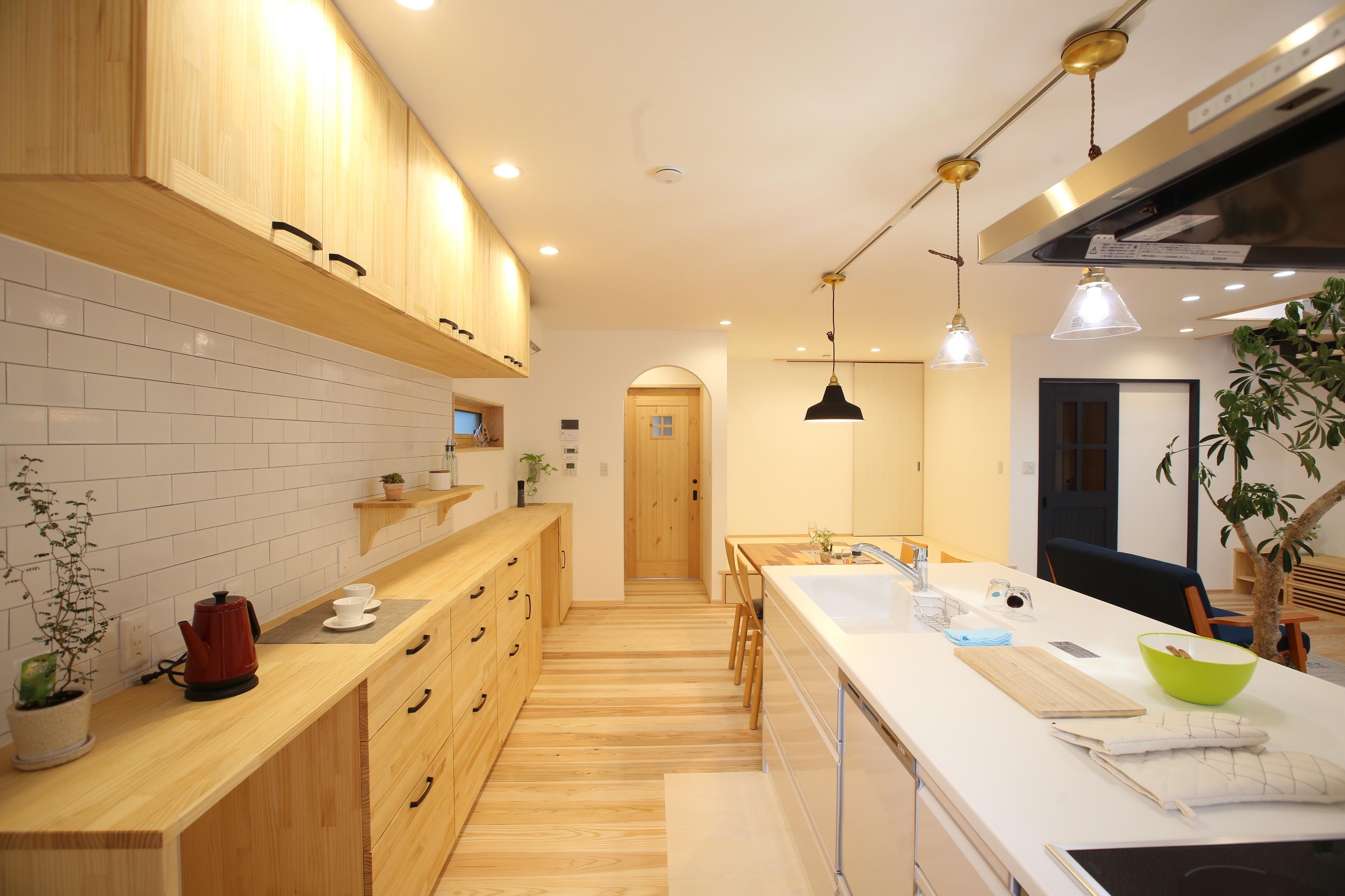 家族を感じながら作業できる家事動線のよい広々キッチン