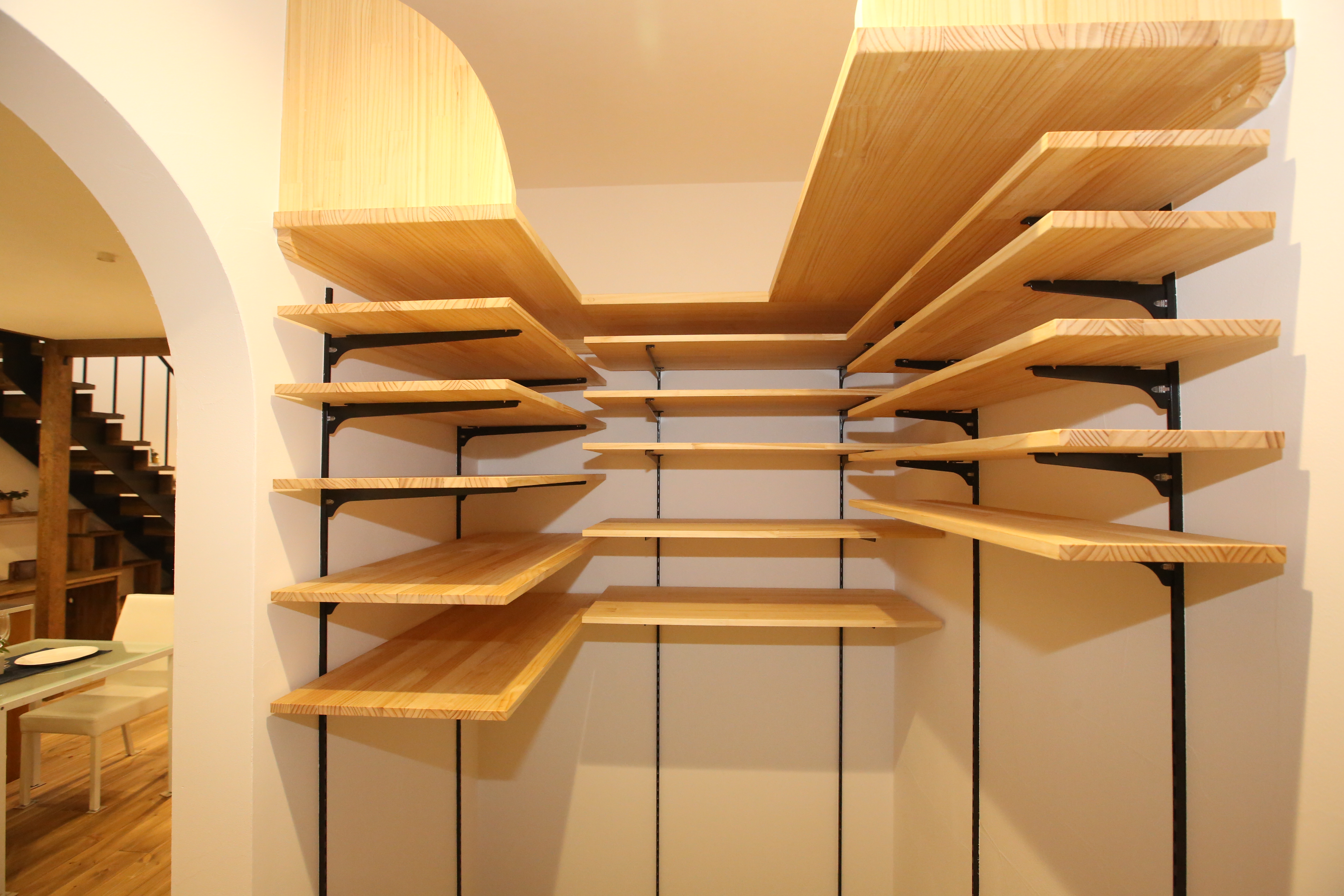 シューズクロークとキッチンの間に設けた家事動線のよい収納力抜群のパントリー