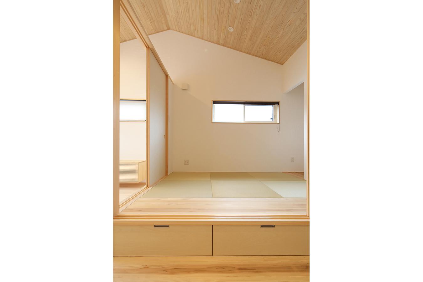 ふすまを閉めると個室として使用できる明るい和室