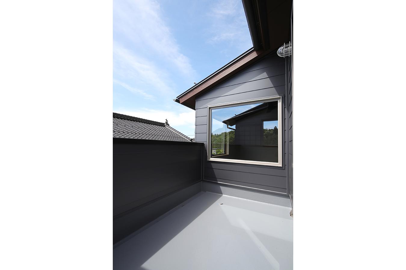 絵画のように景色を切り取る広いバルコニー リビングから見える窓には青空が映る