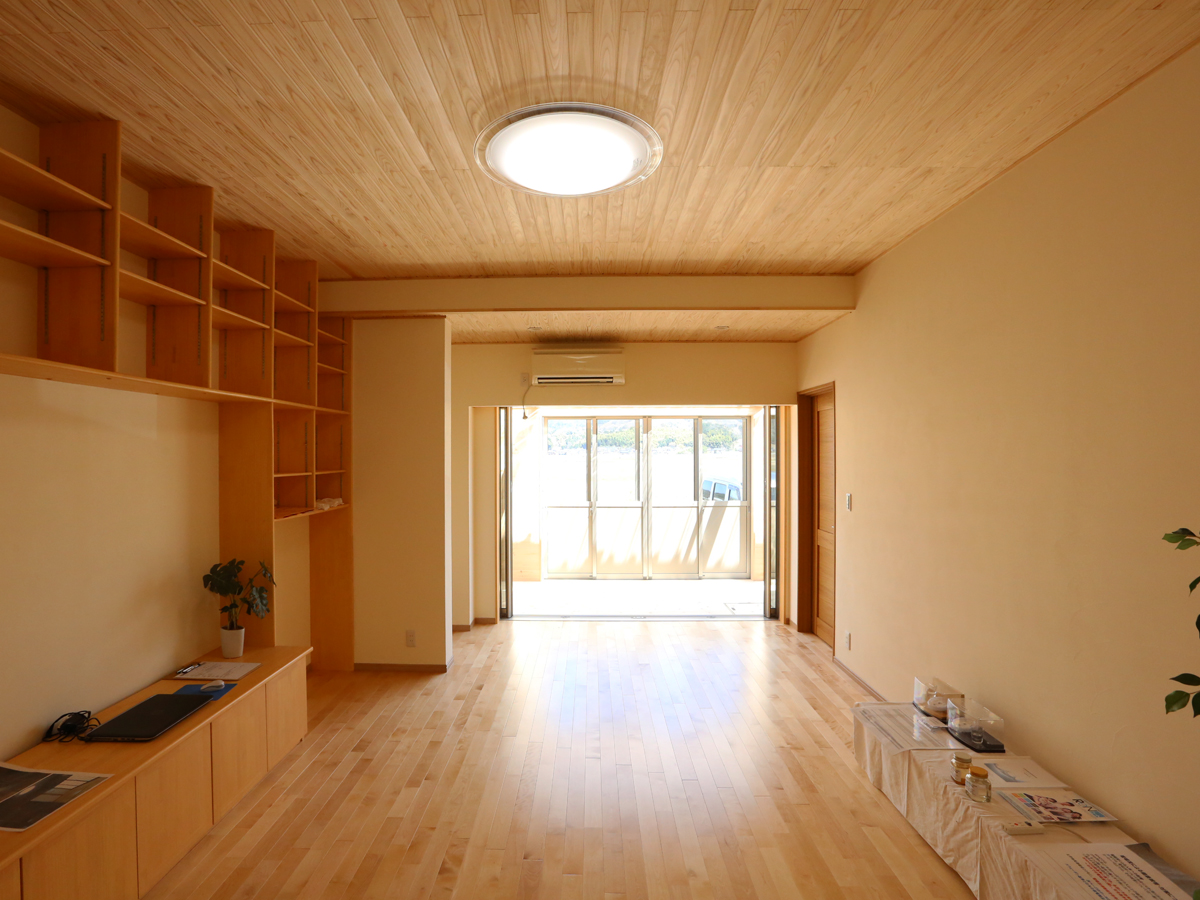 開口からの陽の光が明るい室内 今は開けてある扉の向こ側はサンルーム。