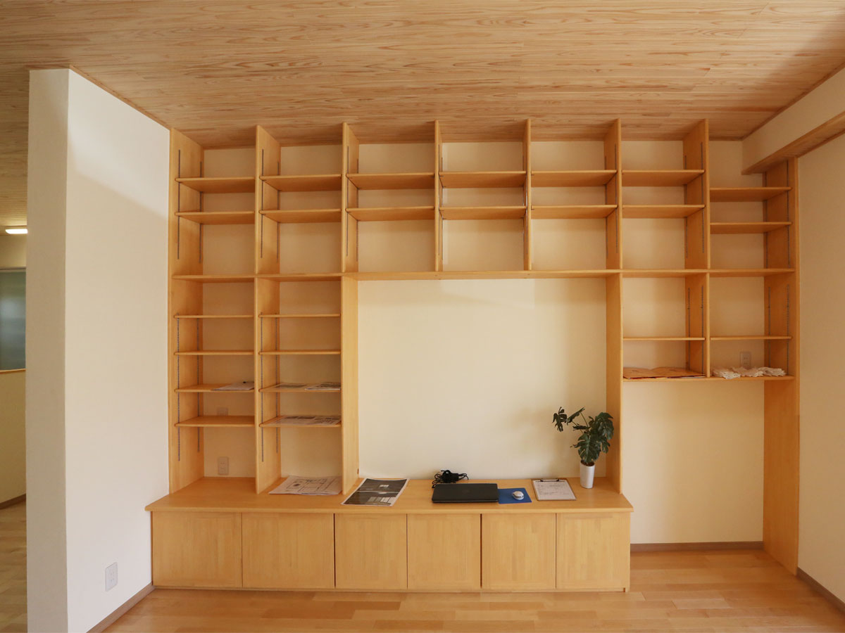 造作テレビボードの上部には「飾れる収納」 好きな本や雑貨、グリーンで暮らしにイロドリをプラス