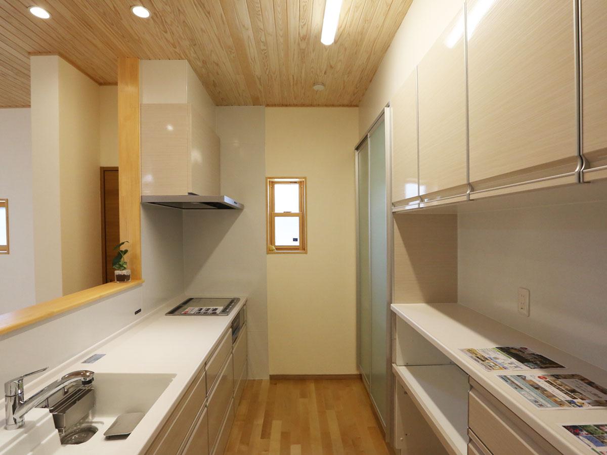 清潔感のある淡い色のキッチンは 使い勝手もいい