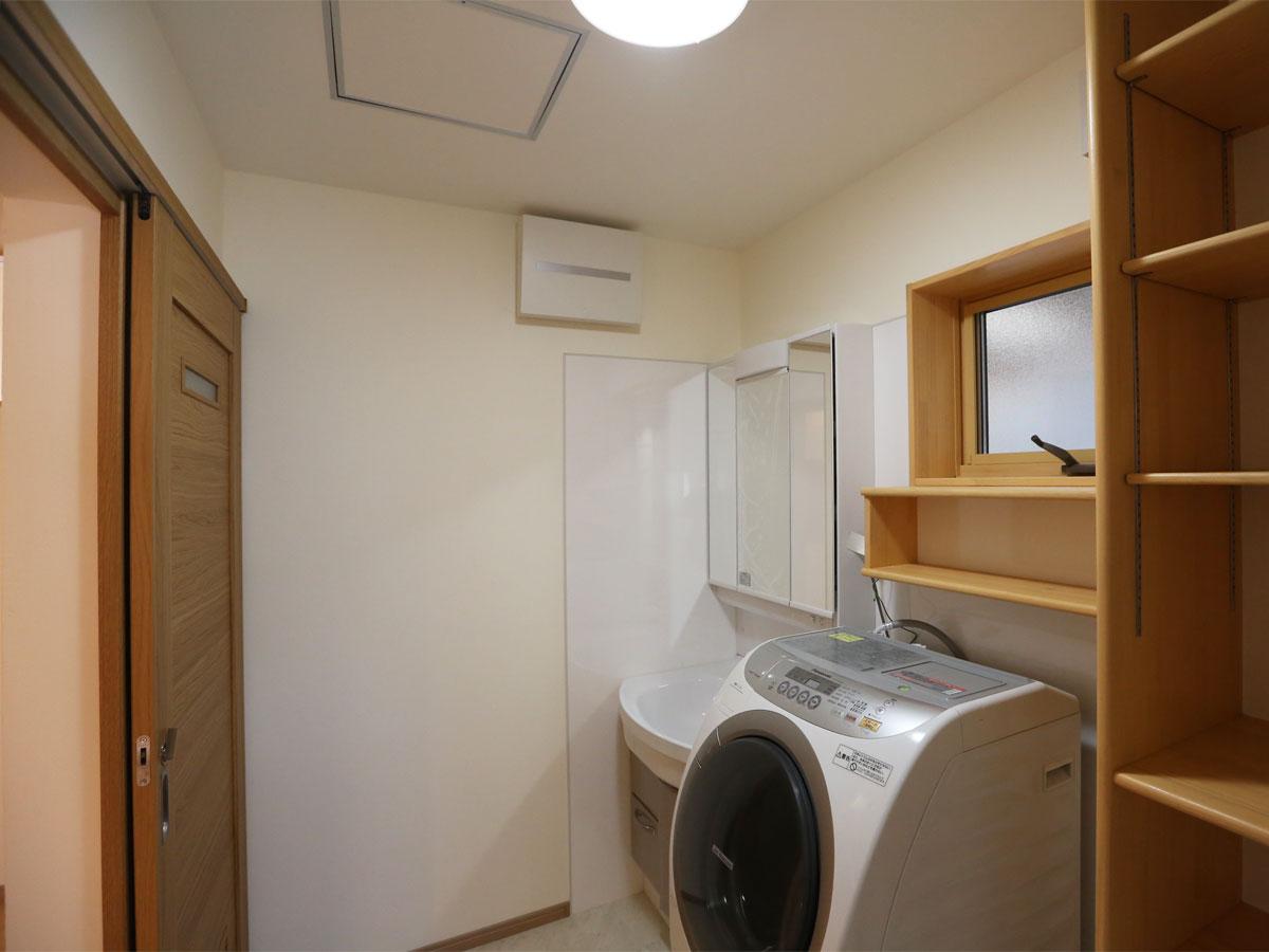 明るい洗面所は朝の支度も気持ちよくできる