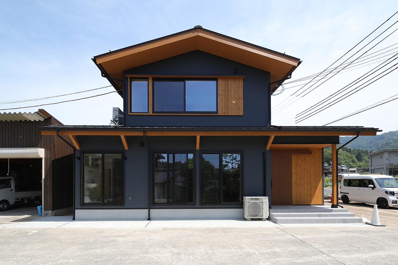 黒い外壁に木の色を合わせたシンプルでありながら 存在感と品格のある外観