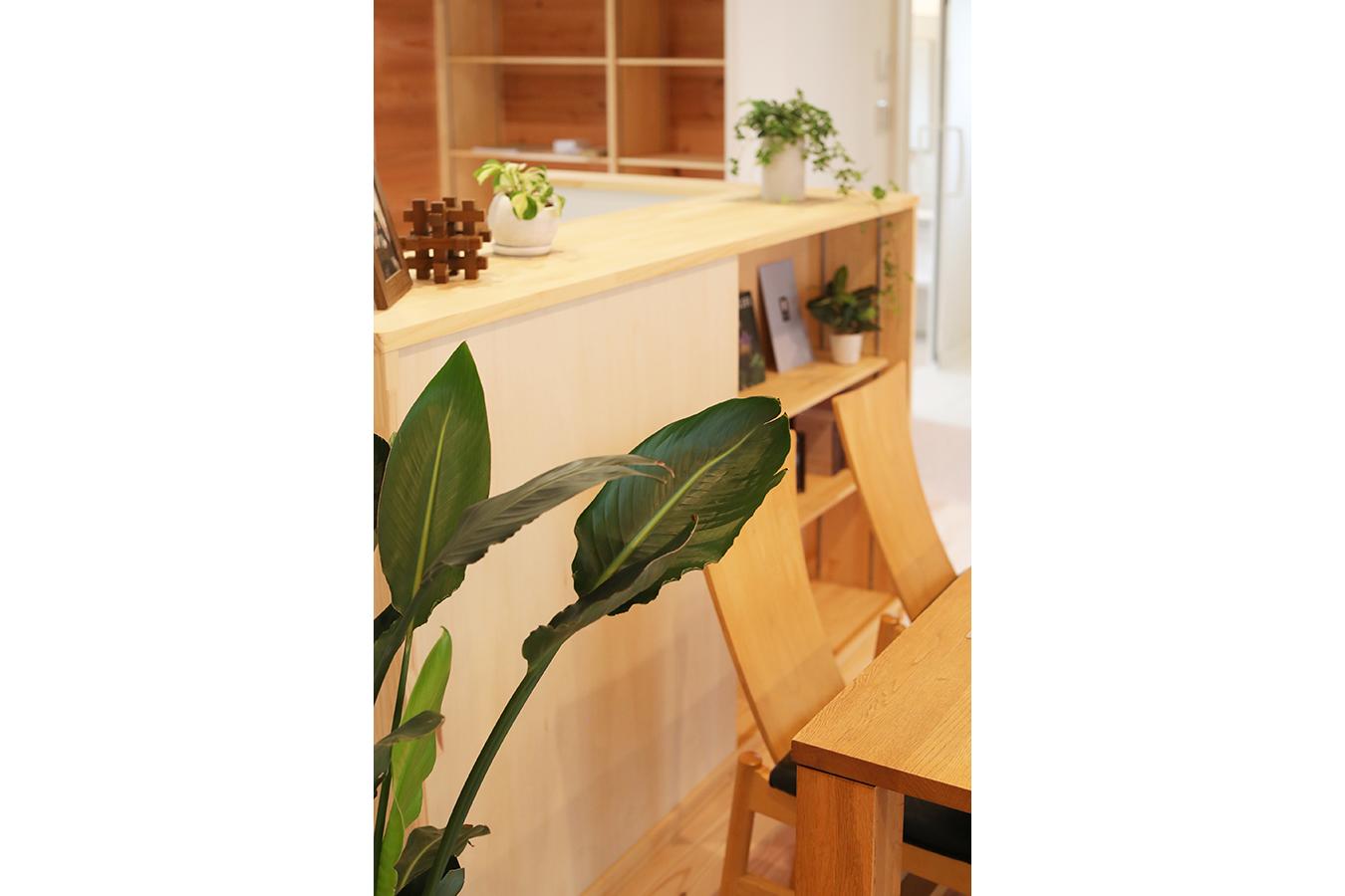 キッチンカウンターに設けた造作棚は お気に入りの雑誌や小物を何気なく置いておける使い勝手のいい場所