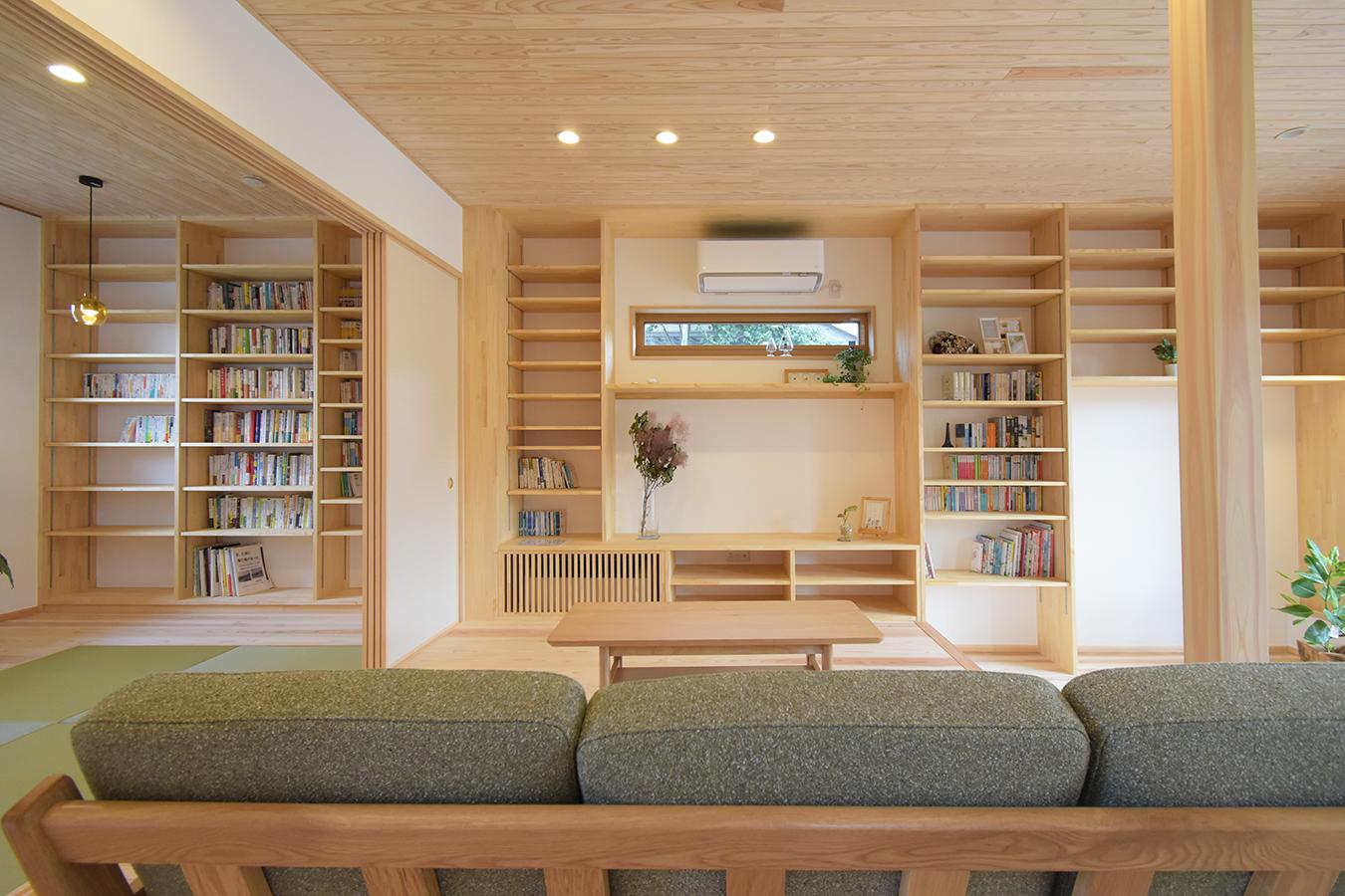 本好きにはたまらない 和室からリビングまで壁面いっぱいの本棚 ソファに座って眺めているだけでも至福の時間になる