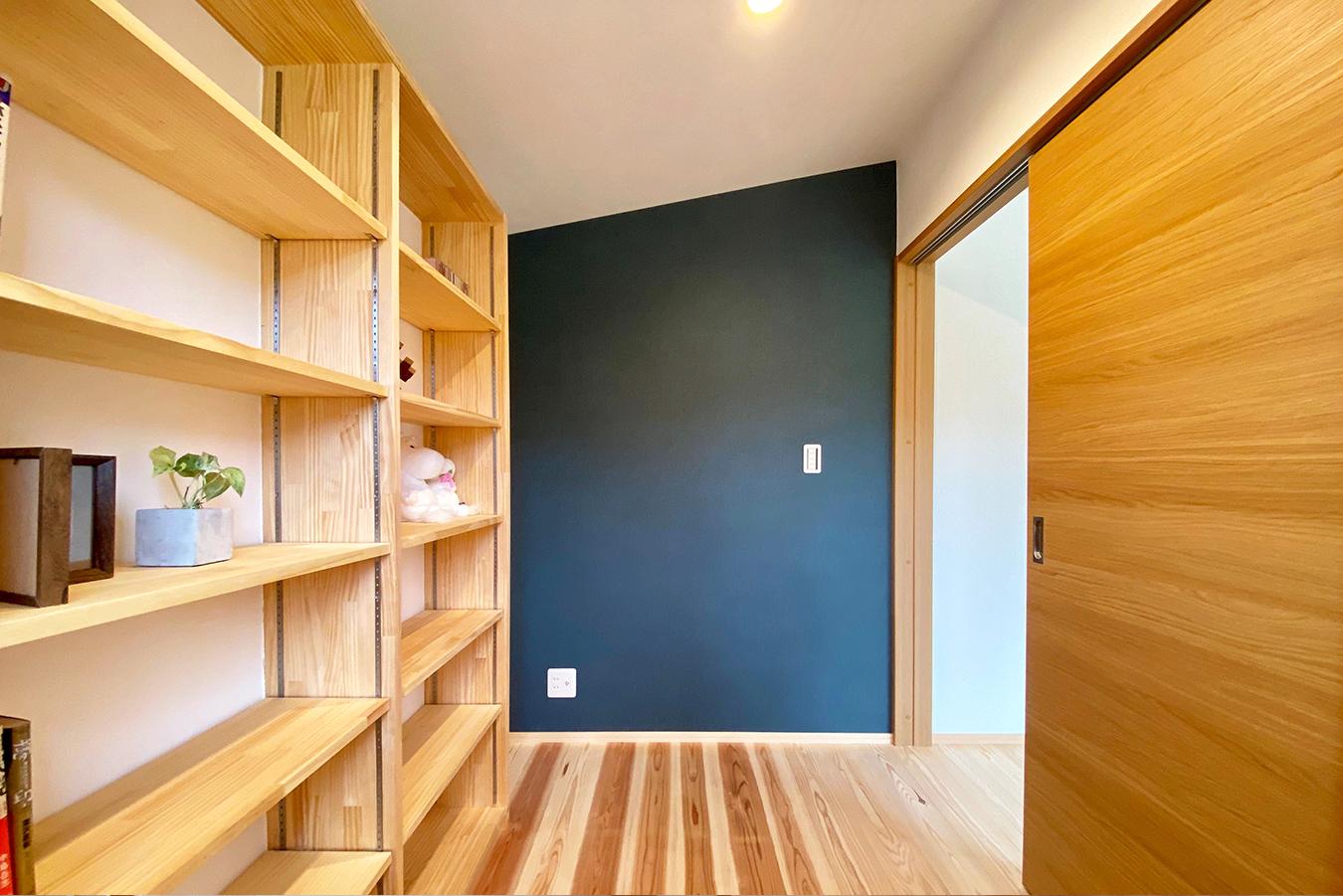 自分時間を楽しむ書斎 一面だけ濃色の壁が個性的