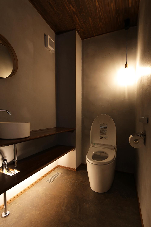 かなりこだわったトイレ空間 グレーの壁に高級さを感じる。