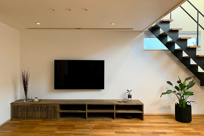 リビングのテレビの上部天井には ホームシアターのスクリーンが収納してある 休日には家族で「お家映画館」を楽しむ