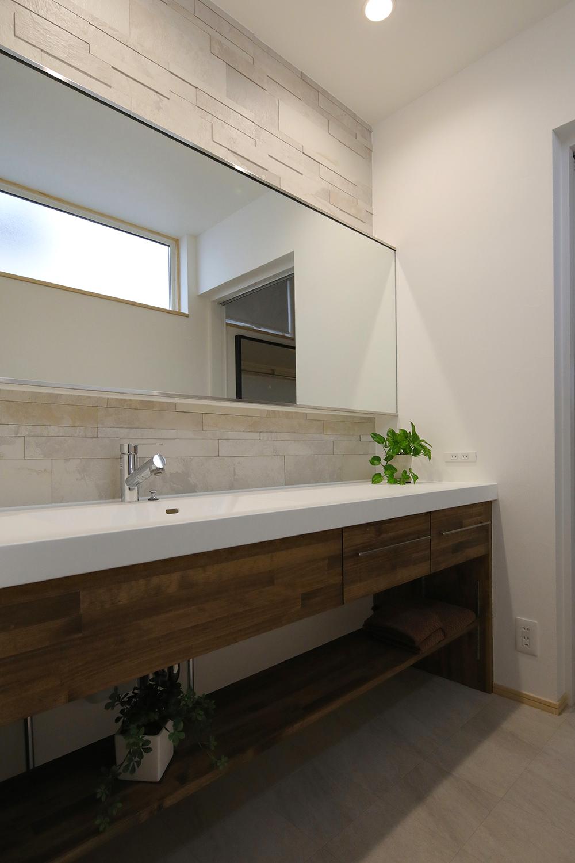 高級感のある洗面室には大きな鏡を。 2人並んでも余裕で朝の支度ができる。