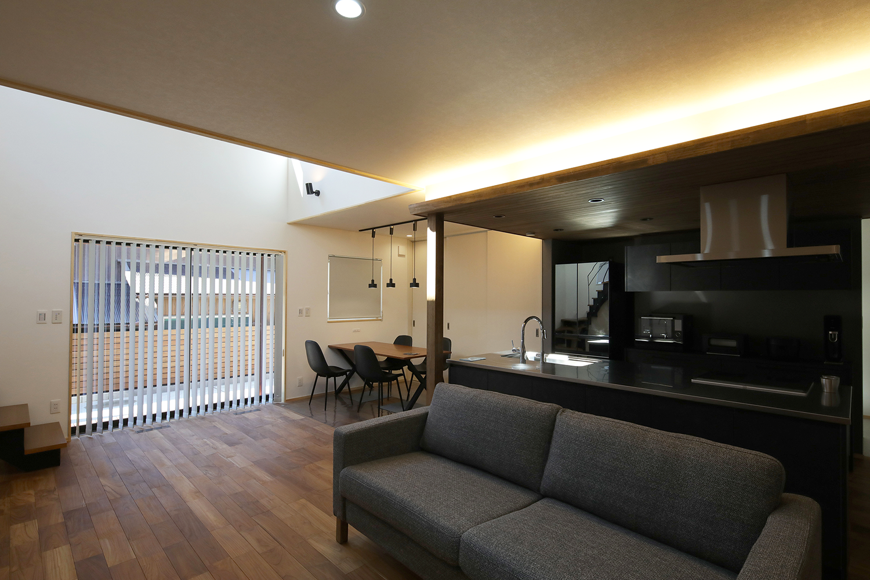 キッチン部分の天井は天然木を使用 こだわりの間接照明でお洒落に演出