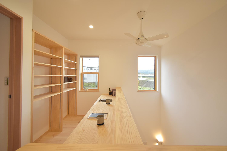 階段を上がると趣味室と書斎を兼ねたオープンスペース。 小窓からは川の流れを見ることができる。 テレワークの合間や趣味の途中で、景色を眺めてホッと一息。