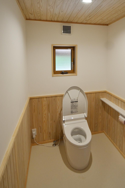 トイレ空間は白い漆喰と無垢材の腰壁で 明るくお手入れがしやすい