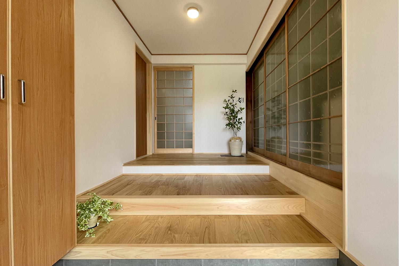 玄関土間と室内の大きな高低差は3段の奥行きが深い上がり框で解消。 広々とした玄関でお客様とのコミュニケーションもとりやすい。