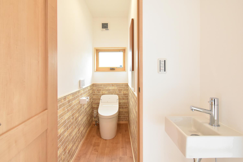 トイレ空間は可愛らしく。 写真右側の手洗いボウルは、外から帰ってきたときの感染対策にも役立つ。