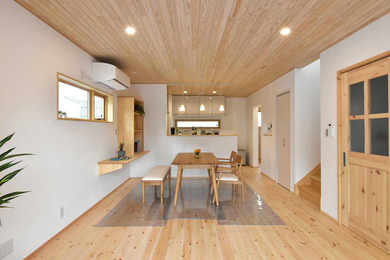 パイン材の無垢床と白い漆喰壁が明るいLDK 木の香りで満たされた癒される空間
