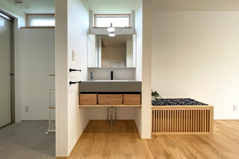 造作洗面の横には床下暖房エアコンシステム 寒い冬も快適に過ごせる