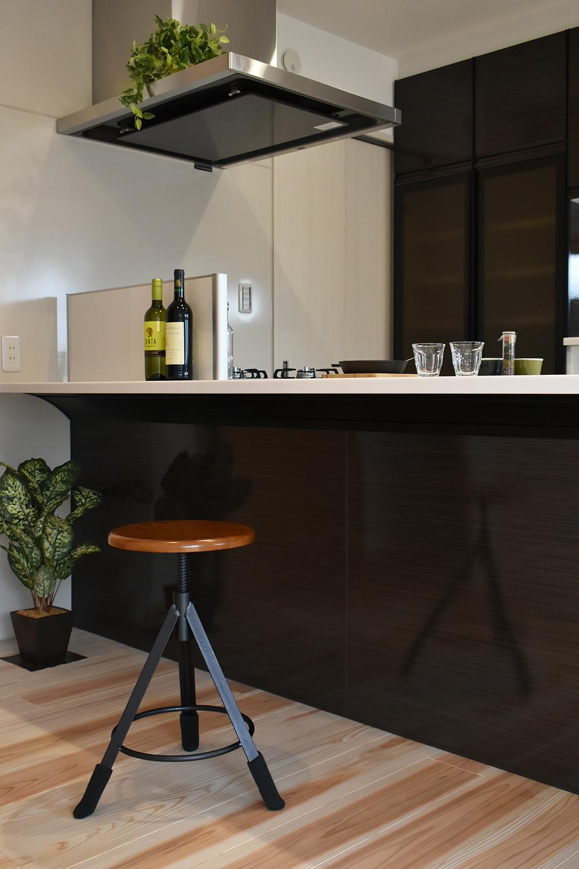 フルフラットで広い天板のキッチンは バーカウンターの代わりにも