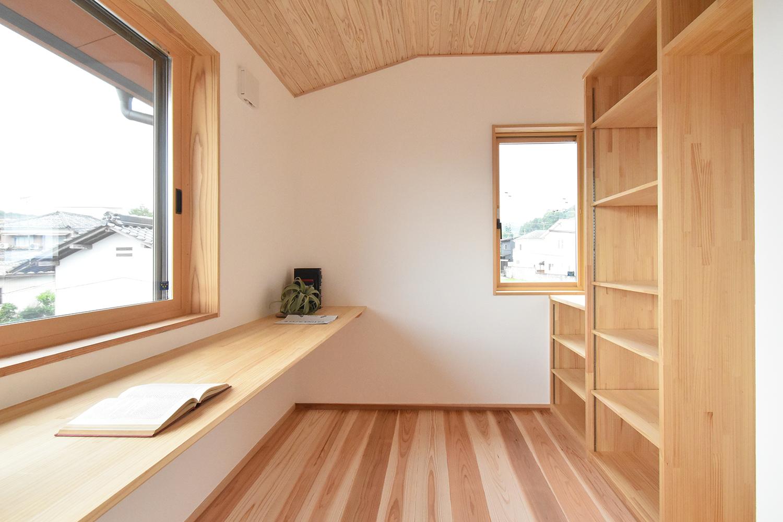 たっぷりの本棚と幅広いカウンターのある 使い勝手のいい書斎。