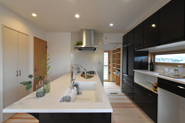 キッチンの奥にはパントリー 収納がたっぷりで、ごちゃつきがちなキッチンもスッキリ使える