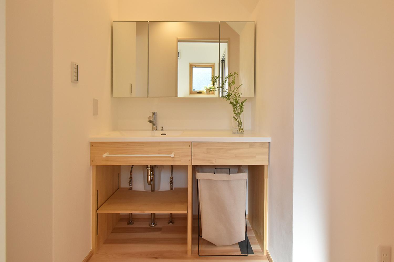 洗面化粧台は玄関からLDKまでの動線の途中に。 二人並べる広さなので朝の忙しい時間も快適。